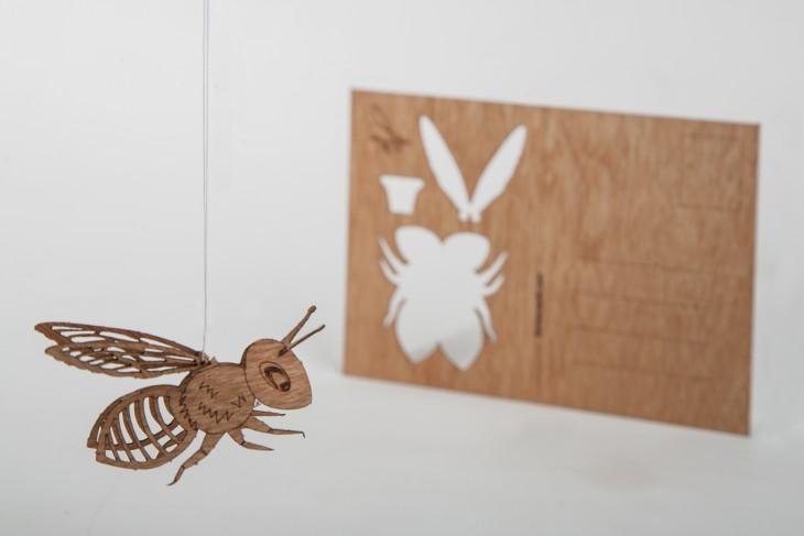 Biene - Holzpostkarte